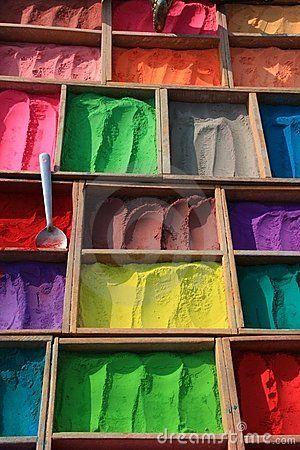 Een gewoonte in sommige landen om met kleuren naar mensen te gooien als ze aankomen. Je word aandachtiger door de felle kleuren op de foto.