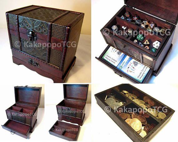 Antik Stil abschließbare Holztruhe speziell und von Hand gemacht Kann verwendet werden, zu speichern, Sammler Münzen, Fantasy-Münzen, Würfel und Zähler, Kartenspiele, Tisch-Top-Spiele, oder sogar als Schmuck-Box verwendet werden. Abmessungen: Außenmaß: 180 mm x 170 mm x 120 mm Obere