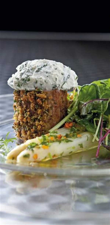 Svinemørbrad med urtecreme og asparges opskrift