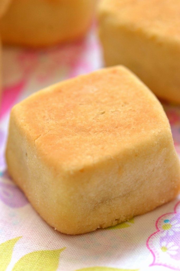 Taiwanese Pineapple Cakes. If food were heaven it might be these! Cant wait to try to make them...!!!!!