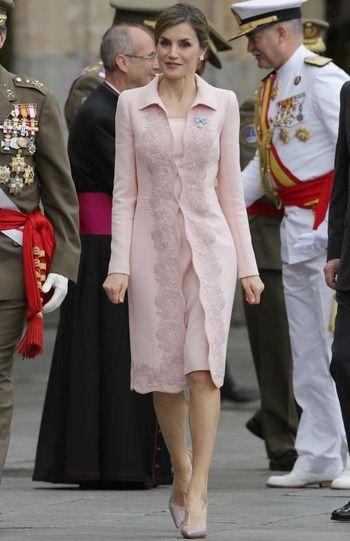 ACTO: Entrega de la nueva Bandera Nacional al Regimiento de Especialidades de Ingenieros nº 11 | LOOK: DE ROSA ~ Doña Letizia estuvo más que correcta estrenando un vestido liso en color rosa palo que combinó con un abrigo a juego con brocado en la zona delantera. Para completar su atuendo, la Reina eligió los SALONES 'ANIMAL PRINT' EN COLOR MORADO DE MAGRIT. Doña Letizia recogió su melena en un elaborado moño que dejaba al descubierto unos pendientes en forma de flor de Yanes. Asimismo…