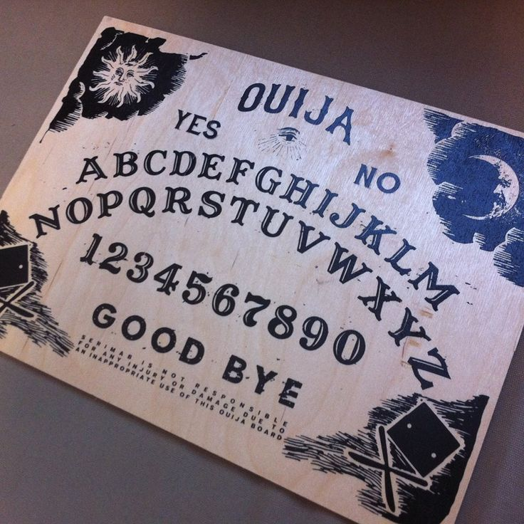 Giusto per divertirci, abbiamo creato una nostra tavoletta Ouija. Stampa serigrafica su legno