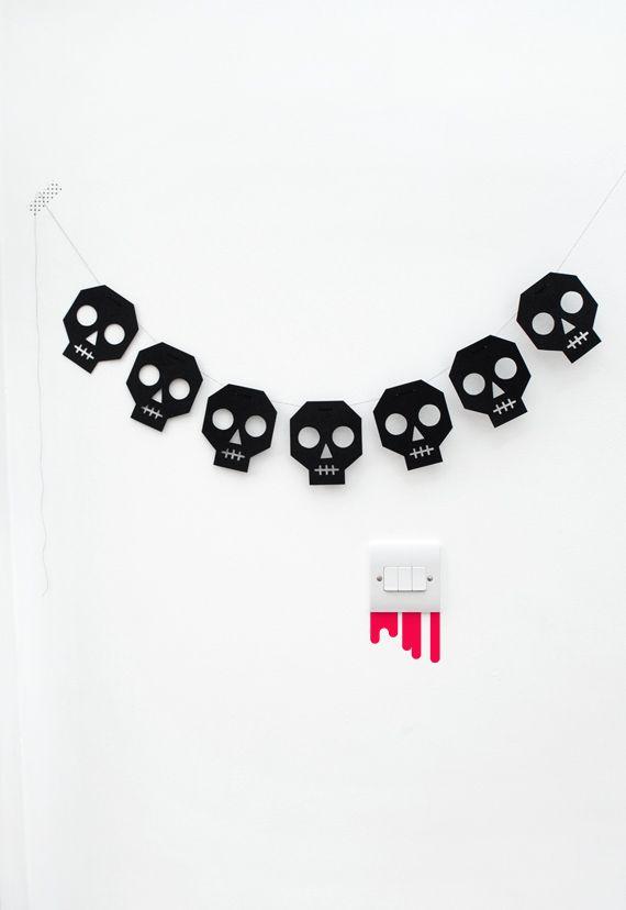 Happy Halloween! Encore un post pour les retardataires comme moi! Je vous propose aujourd'hui une sélection de petites choses à imprimer :) Au choix, de la déco, des accessoires pour photobooth, de...