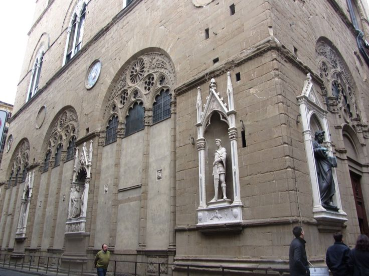 Firenze La-chiesa-di-Orsanmichele-e-la-nicchia-con-San-Giorgio-di-Donatello Orsanmichele: de kerk schuur  Deze kerk heeft een bijzondere geschiedenis.  Orsanmichele  loggia werd opgericht als een ontmoetingsplaats voor handelaren op Orti di San Michele (vandaar de samentrekking van San Michele in Orto)