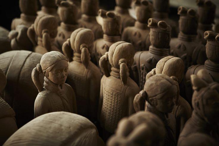 Prune Nourry, Terracotta Daughters - Une armée de filles en terre cuite en écho aux soldats de l'empereur Qin : la plasticienne dénonce avec cette œuvre troublante les avortements sélectifs. Rencontre avec une artiste hors norme.