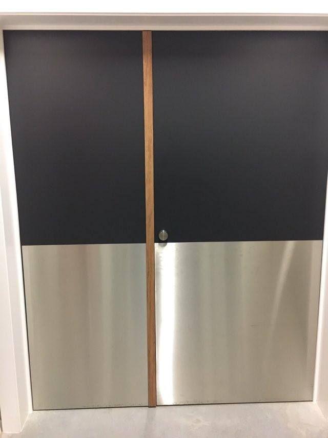 Vlak. Deur die onderverdeeld is in twee vlakken. Een zwart vlak en een zilveren vlak. Deze twee vlakken vormen samen een mooi contrasterend effect.