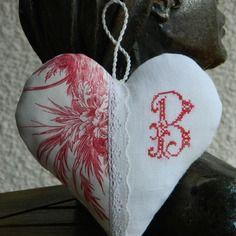 """Coussin de porte - coeur à suspendre fait main - toile de Jouy - monogramme """"B"""" au point de croix - fine dentelle ancienne. Confectionné par Cannelle-fil-et-tissu"""