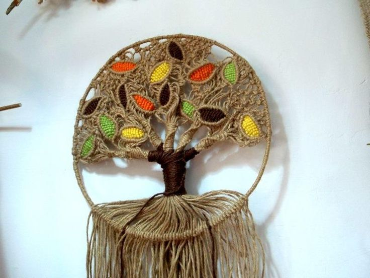 Arbol de macrame trabajado con yute y algodón de colores para la policromia de las hojas