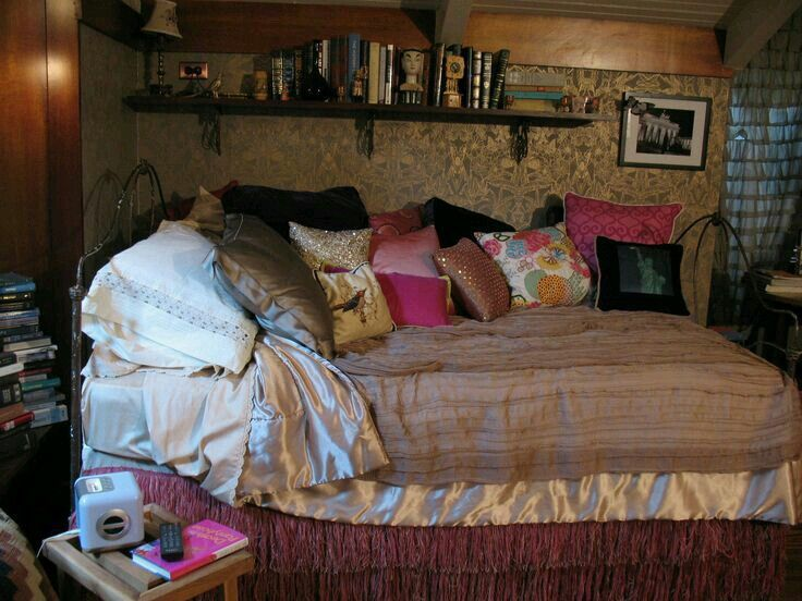 Aria Montgomery Room | bed