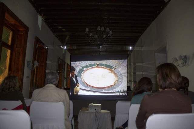 """EMOTÍVA PROYECCIÓN CINEMATÓGRAFICA EN EL TERCER FESTIVAL TAURINO """"CIELO TLAXCALTECA""""      Este Miércoles 5 de noviembre, el Salón Piedras Negras del Hotel Posada """"San Francisco"""" se convirtió en una sala cinematográfica en la cual como parte del Tercer Festival Taurino """"Cielo Tlaxcalteca"""" que organiza la Fundación Taurina Tlaxcala y el Portal TLAXCALABRAVA.COM se proyectó la película """"The Brave One"""" (El Niño y El Toro)."""