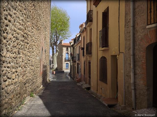 Petite rue longeant léglise à Laroque-des-Albères, via Flickr. --  Languedoc-Roussillon