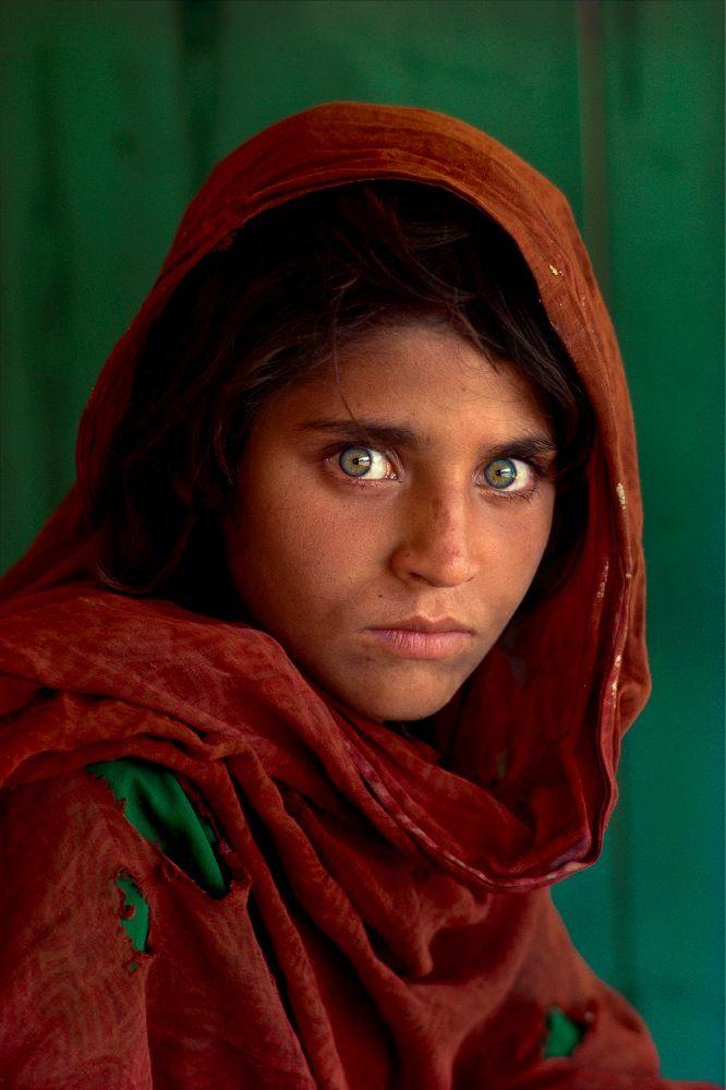 Il suo nome è Sharbat Gula, la ragazza afgana che ha consacrato alla fama il fotografo che l'ha ritratta, Steve McCurry. 17 anni dopo i due si sono rincontrati. #art #fotografia #photography #cultstories Cult Stories