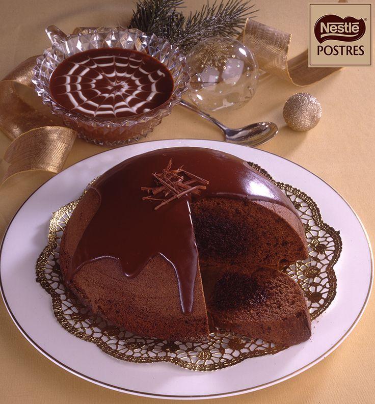 Bomba de chocolate con salsa de chocolate y nata