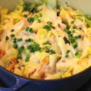 白菜の豚キムチチーズ鍋+by+ryoripapaさん+|+レシピブログ+-+料理ブログのレシピ満載! +白菜、豚肉、白菜キムチを重ねて煮込み、仕上げにチーズを加えたのが、「白菜の豚キムチチーズ鍋」。小栗旬がCMでおいしそうに頬張っている「白菜と豚肉の重ね鍋」と似ているけれど、最大の違いは水を加えず蒸し...