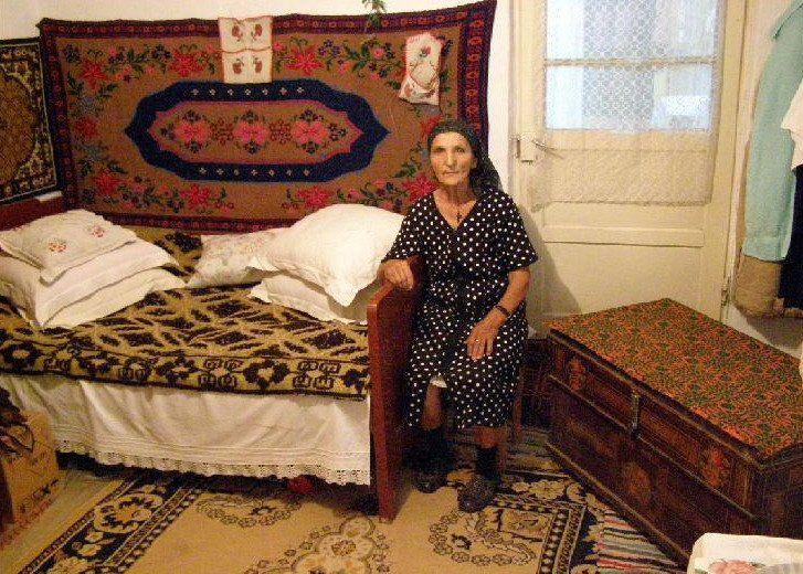 Uliţa principală 53.jpg Locuinţă tradiţională locală 50.jpg Interior casă ţărănească tra