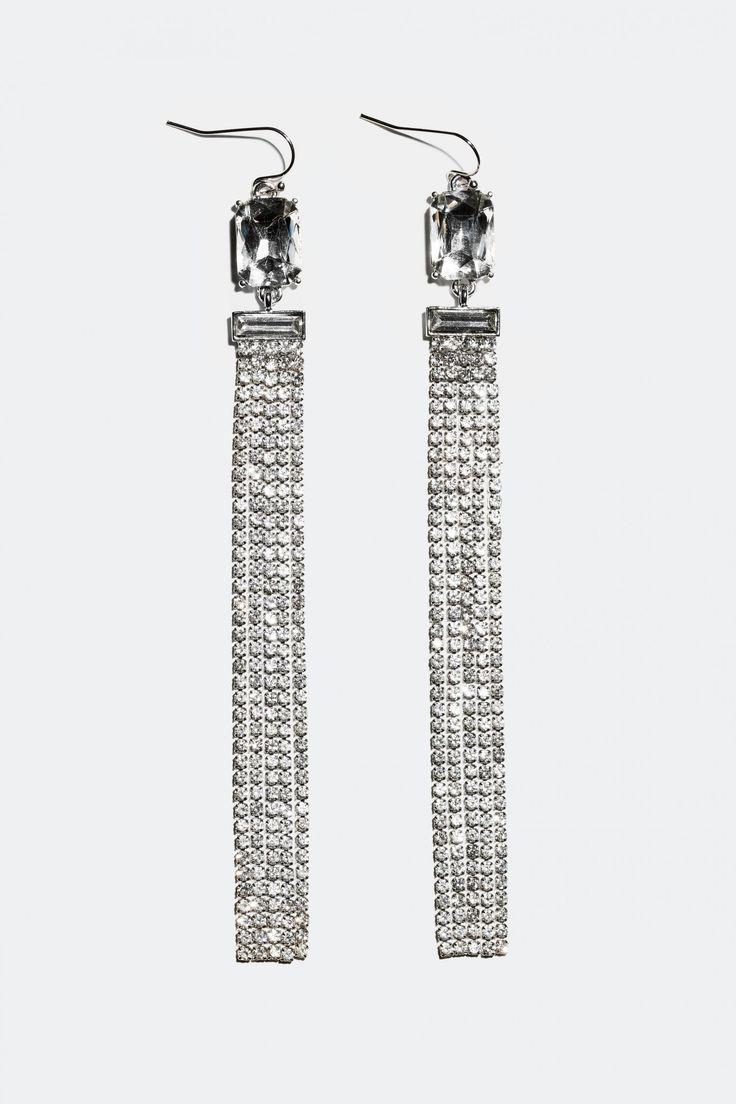 Shoppa långa örhängen med kedjor med glasstenar online på Glitter.se!