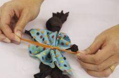 O LImerique ensina a fazer uma Abayomi, esta bonequinha de origem africana feita sem qualquer costura, apenas com nós. Conta-se que durante as viagens marítimas que traziam os escravos da África para o Brasil, as mães rasgavam a barra dos próprios vestidos para criar as bonecas para os filhos. Uma brincadeira que vai render bons momentos em família.