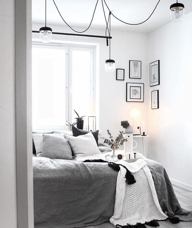Kleines Schlafzimmer mit Bett vor dem Fenster   – Schlafzimmer / Bedroom
