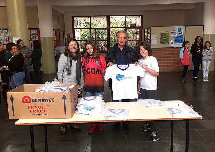 A Prefeitura de Águas de São Pedro entregou neste reinicio das aulas cerca de 1.400 camisetas escolares para os alunos da rede municipal de ensino.