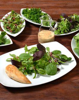 SALAT-MIX MIT MINZ-ERDNUSS-DRESSING - Zutaten für 4 Personen: 3 Schälchen á 50g Salat-Mix (nach Geschmack auswählen), ca. 80g Erdnussbutter oder Sesampaste (Tahin), 3-4 EL Joghurt, ggf. ein wenig Wasser, 2 Lauchzwiebeln, Blätter von 2-3 Minzzweigen, 2-4 EL Zitronen- oder Limonensaft, Salz + Pfeffer zum Abschmecken. Hier geht's zur Zubereitung: http://behr-ag.com/de/unsere-rezepte/rezeptdetail/recipe/pfluecksalat-mit-minz.html