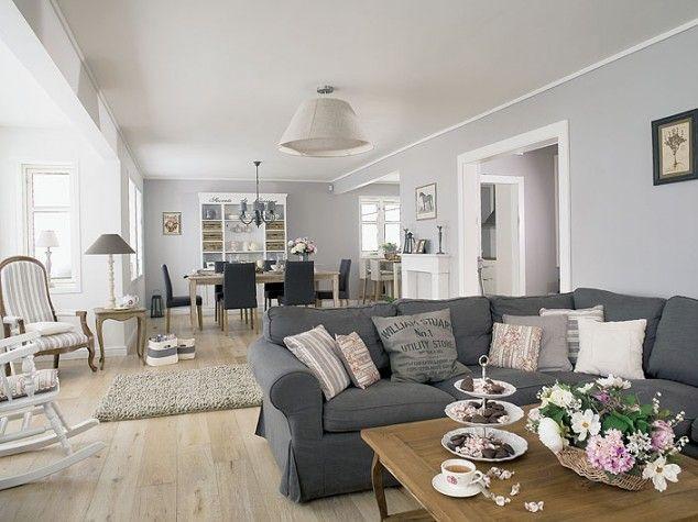 Na prostej kanapie z IKEA wylądowały ozdobne poduchy z Coqlila, obok stolik kawowy od Vintage Home, a nad nimi lniane lampy zrobione przez Lucynę Furdzik-Kościńską - L.