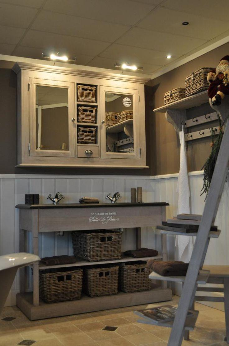 Landelijk badkamer meubel met romantische uitstraling.  wanden afgewerkt met water werende lambrisering geschikt voor badkamer en toilet.  vloer in Travertin 20x20 met inlegstuk    Van Heck experience store Wommelgem
