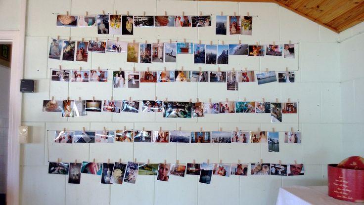 En vägg full av fotografier från själva vigseln i New York en månad innan bröllopsfesten.