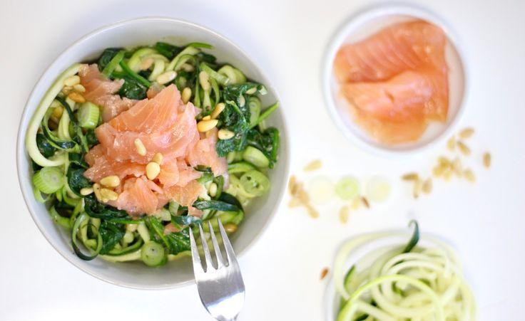 Járenlang was het mijn favoriete gerecht: pasta met pesto, spinazie en gerookte zalm. Maar toen ik ietwat te veel studentenvet kreeg en daardoor minder pasta ging eten, ben ik het gerecht eenbeetje vergeten. Tot deze week, toen ik deze zelfgemaakte, gezonde courgette pasta combineerde met …