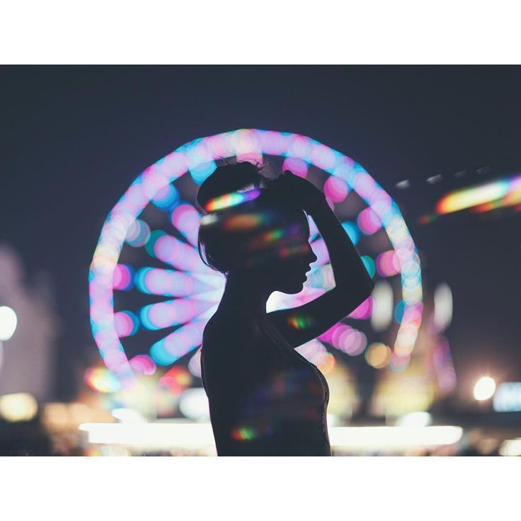 He shot this in New York on the opposite side of the river to the ferris wheel to create the bokeh and the silhouette.
