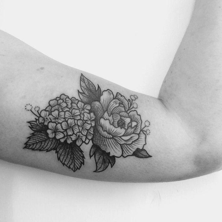 Thanks Emma ! Done @parliamenttattoo ! #tattoo #armellestb #black #blacktattoo #blackwork #blackworkers #flowerslovers #flower #flowers #flowerstattoo #flowerpower #flowermagic #floweroftheday #plants #engraving #engravingtattoo #engraved #blackart #blxckink #blacktattooart #blackworkerssubmission #blacktattoomag #btattooing #imbw #tttism #vgnink #tattooisartmag #chezmémétattoo @chez_meme_paris #girlwithtattoos