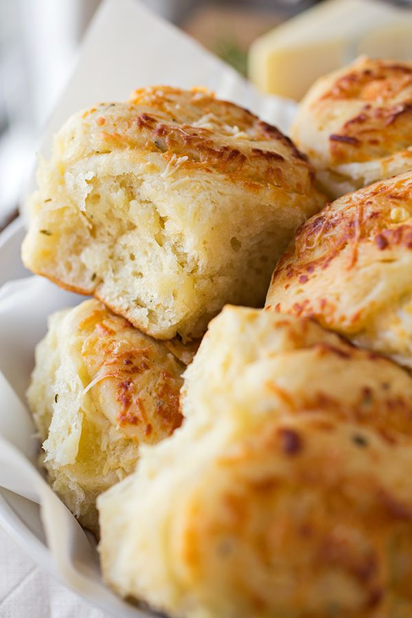 Garlic and Rosemary Pull-Apart Rolls with Asiago Cheese | thecozyapron.com
