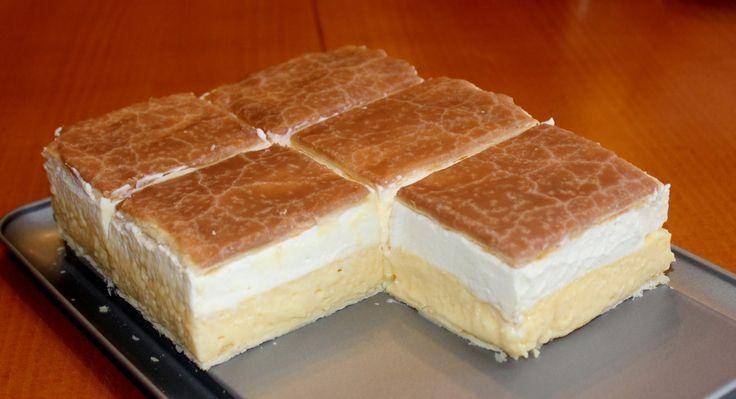 Francia krémes recept: A francia krémes egy igazi cukrászdai sütemény, de minek mennénk cukrászdába, ha otthon is el tudjuk készíteni saját francia krémesünket ez alapján a recept alapján? ;) Én egy 28x19 cm-es, 7 cm magas csatos formában készítettem el ezt a receptet.