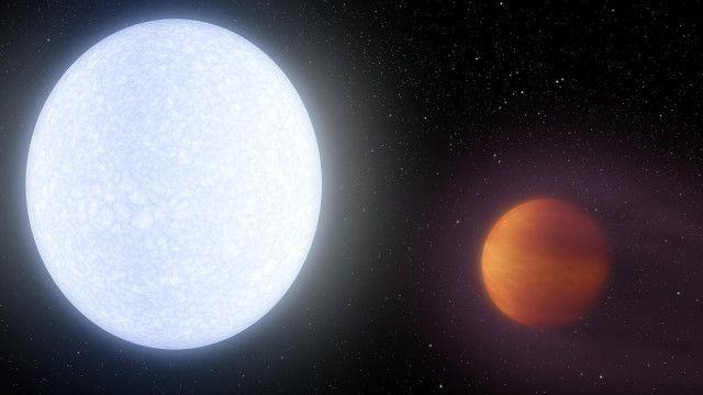 """Un articolo pubblicato sulla rivista """"Nature"""" descrive lo studio del pianeta KELT-9b. Si tratta di un caso estremo di gioviano caldo, un pianeta gigante gassoso come Giove tanto vicino alla propria stella da essere riscaldato notevolmente. KELT-9b ha una temperatura superficiale stimata nell'area esposta alla propria stella che può superare i 4.600 Kelvin, tanto che probabilmente la sua atmosfera si sta disperdendo nello spazio e potrebbe avere una coda simile a quella delle comete. Leggi i…"""