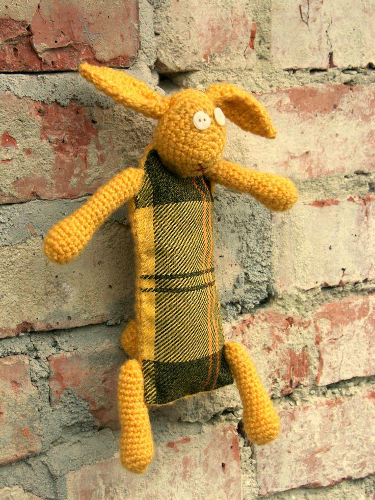 Honey Bunny - Králík elegán károvaný - žlutý Žlutý háčkovaný králíček s kárečkovým bříškem bude věrným společníkem Vašemu dítěti všude na cestách. Barevnost vychází z dostupných károvaných látek, které přiložím do obrazových příloh již zítra. Materiál: Vlna, balna, barevná nit a knoflíky Velikost: výška 20cm X šířka 15 cm Čepice na ilustrační ...
