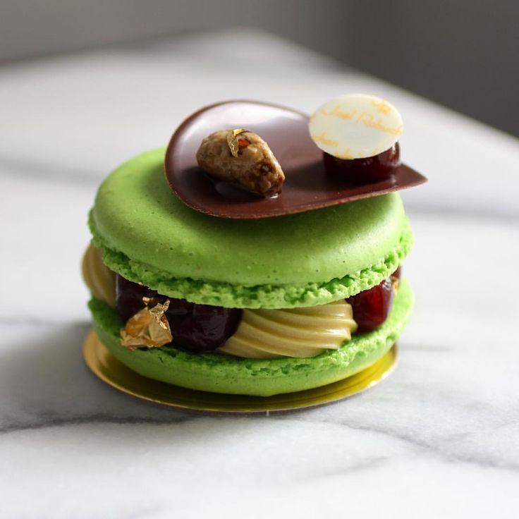 638 mentions J'aime, 4 commentaires – Michael - The Food Radar (@world_food_radar) sur Instagram : « July 3 2017。Hong Kong。Dessert。Macaron Pistachio & Cherry Compotes Love the cherry inside the… »