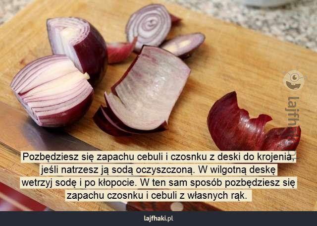 Jak pozbyć się zapachu cebuli z deski do krojenia? - Pozbędziesz się zapachu cebuli i czosnku z deski do krojenia,  jeśli natrzesz ją sodą oczyszczoną. W wilgotną deskę  wetrzyj sodę i po kłopocie. W ten sam sposób pozbędziesz się  zapachu czosnku i cebuli z własnych rąk.