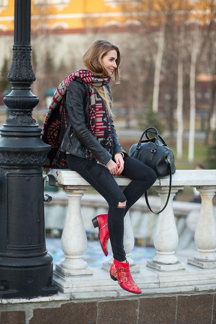 赤い靴が印象的。