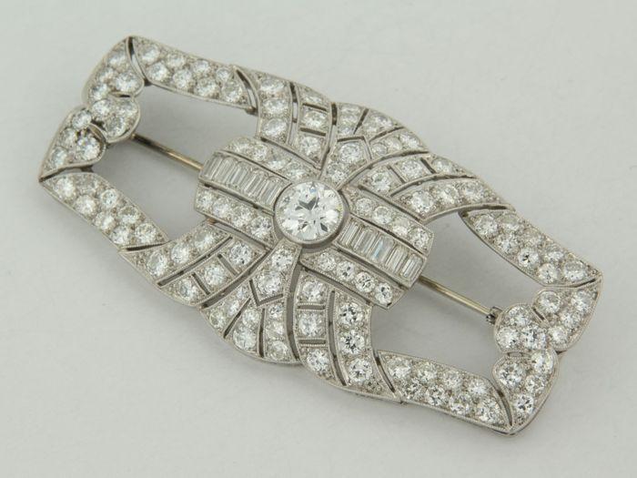 Online veilinghuis Catawiki:  Platina broche bezet met emralde en oud Europees geslepen diamanten