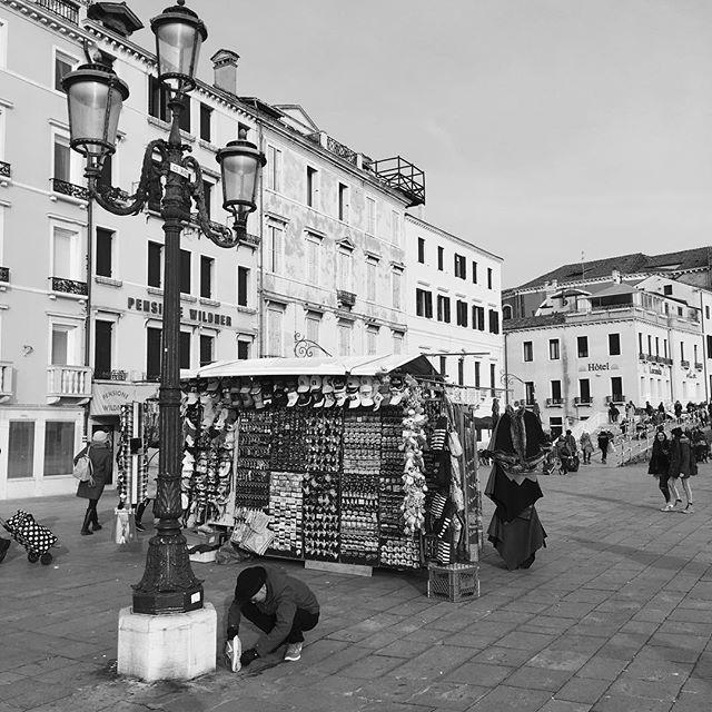 【ami_wardrobe】さんのInstagramをピンしています。 《イタリア🇮🇹ヴェネチア旅行✈️ 旅行中2度目の落し物w 頑張ってほじくってたよw 靴底見たら、もう一箇所あってまさかの3回踏んでた笑 #Venice #ltaly #ヴェネチア #ヴェニス #イタリア #旅行 #バケーション #vacation #ドイツ #German #フランクフルト #フランクフルト空港 #frankfurt #カナルグランデ #バポレット #運河 #海 #船 #水上タクシー #sea #canal #彼 と旅行♡ #飛行機 #景色 #最高 に #ロマンチック #夜景 #お買い物 #LOVE #ディズニーシー が好きな人は絶対オススメ♡》