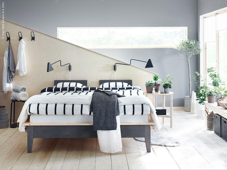 Inred ett stilfullt och tidlöst sovrum med NORNÄS sängstomme i massiv furu.