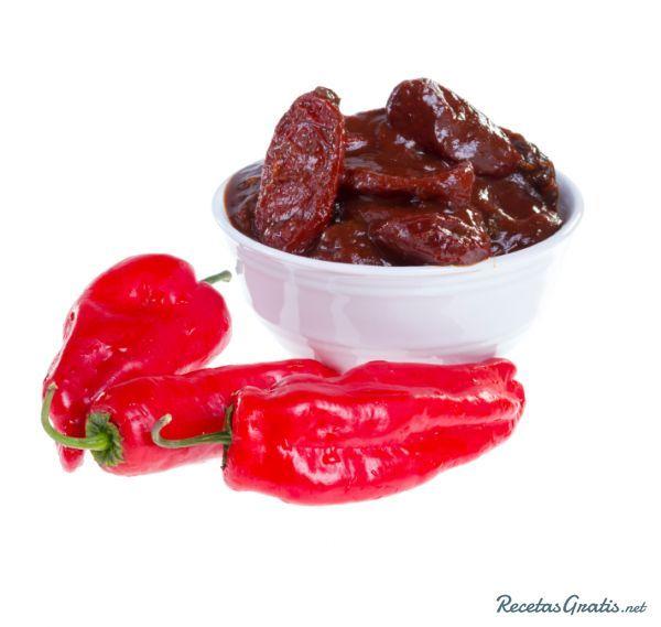 Aprende a preparar chiles chipotles adobados con esta rica y fácil receta.  El chile chipotle es un chile que pertenece a la familia de los jalapeños, picante y muy...