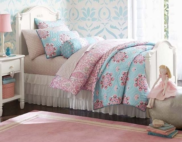 d co chambre fillette papier peint blanc motifs floraux bleus literie en bleu et rose et. Black Bedroom Furniture Sets. Home Design Ideas