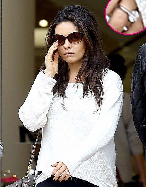 Mila and Ashton are engaged! Check out that ring!Comfy Baby, Engagementrings Ashtonkutch, Diamond Rings, Milakunis, Mila Kunis, Ashton Kutcher, Diamonds Rings, Baby Bump Style, Engagement Rings