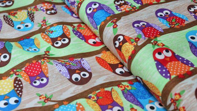 Dieser zuckersüße Stoff ist ein bunter Baumwollstoff mit vielen kleinen bunten Eulen. Er setzt sich aus 100% Baumwolle zusammen, ist leicht dehnbar, weich und angenehm auf der Haut. Durch das Motiv und die Zusammensetzung eignet sich der Stoff besonders gut für Dekoideen und Accessoires, sowie für Spielzeuge für Kinder.  Unsere Stoffe werden immer am ganzen Stück und in einem Paket verschickt. Auch bei der Verpackung achten wir auf unsere Umwelt. Die Farben unserer Fotos können auf deinem…