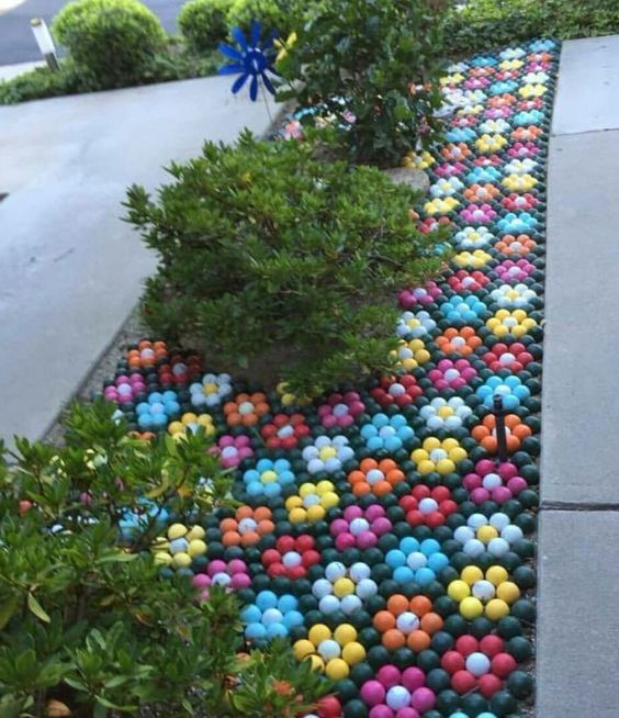 """These golf ball """"flowers"""" are definitely heat and drought resistant / #gardenart #golfball #diy"""