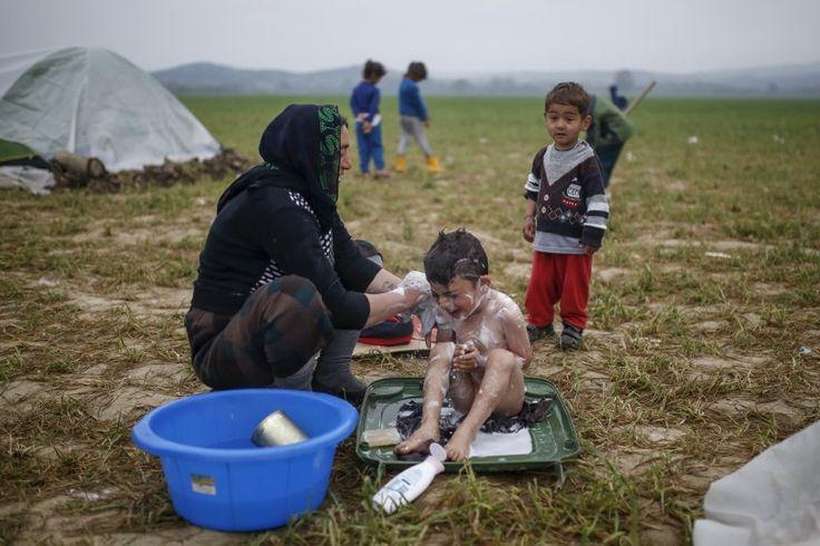 In der Zeltstadt Idomeni an der griechisch-mazedonischen Grenze entdeckte Fotograf Marko Djurika Zeute diese Mutter, die ihr Kind mit einfachsten Bade-Utensilien wäscht. Die Lage dort ist weiter angespannt: In dem Camp halten sich mehr als 11.000 Menschen auf, obwohl die griechische Regierung sie in organisierte Camps bringen will.