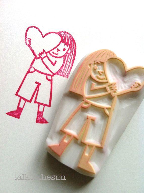 chica con el sello de corazón de amor. sello de goma talladas a mano de San Valentín. bricolaje de San Valentín scrapbooking aniversario de boda. artesanía de envoltura de regalo