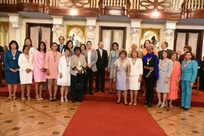 Danilo Medina reconoce a 13 mujeres sobresalientes; rinden homenaje póstumo a Sonia Silvestre