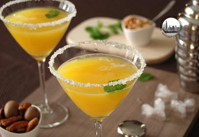 Bere all'arancia: Succo d'arancia, 2/4  Vodka, 1/4  Acqua seltzer, 1/4  Sciroppo semplice, q.b.  Foglie di menta  Succo di limone, q.b.  Zucchero, q.b.   Versate del succo di limone in un piattino e lo zucchero in un altro. Prendete i bicchieri e intigetene il bordo nel limone e poi nello zucchero. Mescolate tutto nel mixer per cocktail con il ghiaccio. Versate il drink nei bicchierini nei quali avrete gia' posto qualche chicco di melograna. Garnish con la menta. Salute!