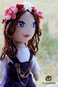 MANUALIDADES MUÑECA DE TELA – Vikinga traje morado muñeca confeccionada en tela con rostro pintado a mano. creadora: Lu Albornoz